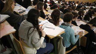 Des étudiants suivent un cours à la faculté de médecine, à Paris, le27 janvier 2016. (MAXPPP)