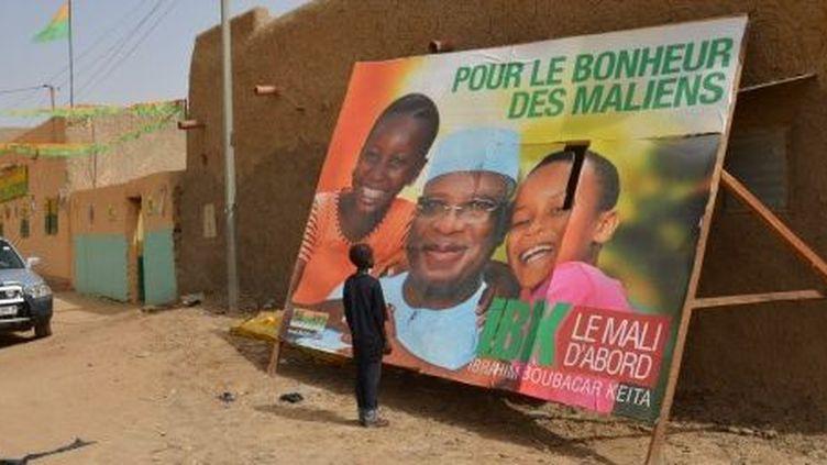Un jeune garçon regarde une affiche de campagne au siège du parti d'un candidat à la présidentielle malienne, Ibrahim Boubacar Keita, à Gao, le 22 Juillet 2013. (AFP PHOTO BOUREIMA HAMA)