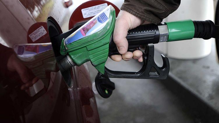 L'essence n'est plus la seule à coûter cher : le gazole, carburant préféré des Français, a franchi un nouveau record, le 19 mars 2012. (JS EVRARD / SIPA)