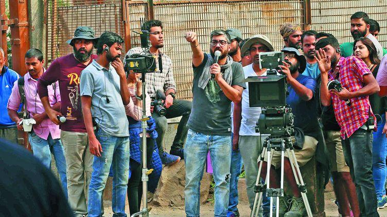 """Un plateau de tournage de Bollywood du temps du monde d'avant. Le réalisateur Amit Sharma explique une scène à des acteurs lors du tournage du film""""Badhaai Ho"""" à New Delhi, le 22 février 2018. (AJAY KUMAR GAUTAM / THE TIMES OF INDIA / AFP)"""