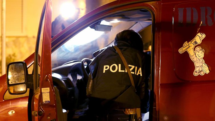 Un policier italien, dans le village dePianopoli, le 7 mai 2015. (ALESSANDRO BIANCHI / REUTERS / X90015)