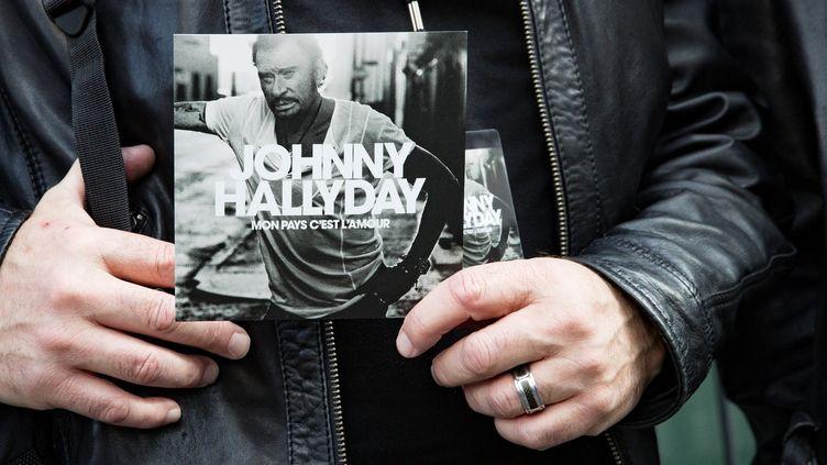 """Pochette de l'album posthume de Johnny Hallyday, """"Mon pays c'est l'amour"""", 15 octobre 2017  (Geoffroy VAN DER HASSELT / AFP)"""