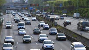 La vitesse sur les routes a été réduite de 20 km/h sur certaines voies, et les forces de l'ordre vont renforcer les contrôles anti-pollution des véhicules. (JACQUES LOIC / PHOTONONSTOP / AFP)