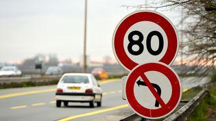 Limitation de la vitese à 80 km/h sur une route près de Bordeaux, le 9 janvier 2018. (NICOLAS TUCAT / AFP)