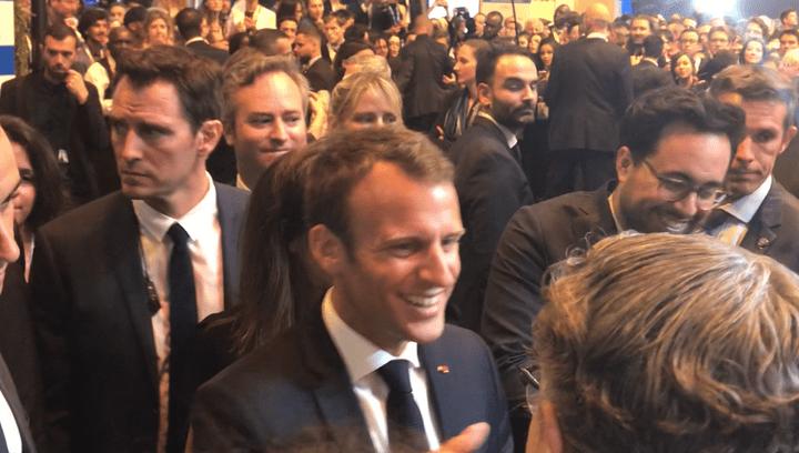 Emmanuel Macron, accompagné du secrétaire d'Etat au Numérique Mounir Mahjoubi. (JEROME COLLIN/RADIOFRANCE)