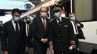 Le Premier ministre, Jean Castex, arrive en gare de Nice après avoir pris le train de nuit parti de Paris, accueilli notamment par le maire de la ville, Christian Estrosi (à g.), le 21 mai 2021. (ANNE-CHRISTINE POUJOULAT / AFP)