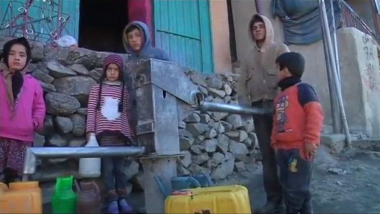 L'approvisonnement en eau est un vrai problème en Afghanistan. La population n'a pas toujours accès à ce bien rare. (FRANCEINFO)