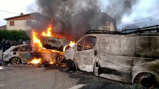 Des carcasses de voitures et des pneus ont été enflammés à Moirans (Isère). (JORDAN GUEANT / FRANCE 3 ALPES )