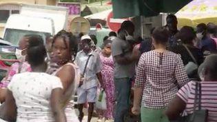 La Guyane est sous le coup de nouvelles restrictions sanitaires à partir de demain et pour 15 jours, à cause d'une recrudescence de l'épidémie de Covid-19 et un variant brésilien omniprésent sur le territoire. Les bars, les restaurants, les lieux culturels vont devoir fermer mais les écoles resteront ouvertes. (FRANCE 3)