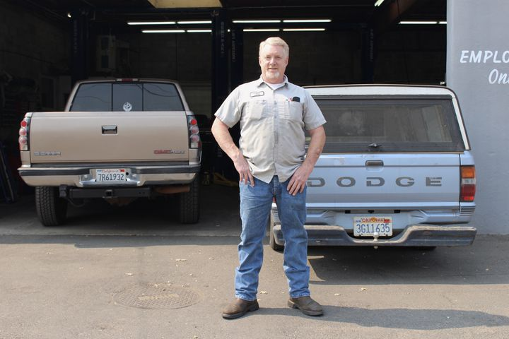 Graig,garagiste à Paradise (Californie), le 21 septembre 2020. (ROBIN PRUDENT / FRANCEINFO)