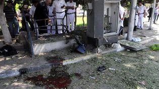 La police égyptienne sur les lieux de l'attentat qui a fait un mort dans le nord du Caire, le 2 mai 2014. (KHALED DESOUKI / AFP)