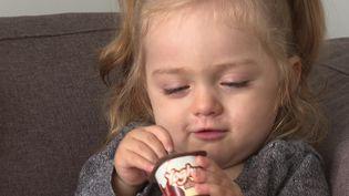 Carla, une petite fille de 20 mois atteinte d'une maladie génétique rare (France 3)