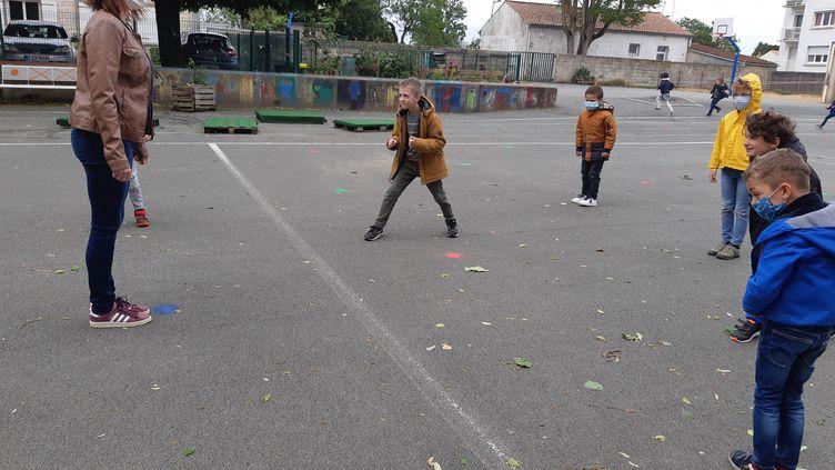 La cour d'école, un espace à réinventer. Plus de foot ni de basket, mais des points de couleur peints sur le sol, pour rappeler les distances à respecter. ÀAytré, le 12 mai 2020. (JULIEN FLEURY / RADIO FRANCE)