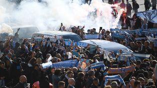 Le cortège funéraire autour du cercueil de Bernard Tapie, le 8 octobre 2021 à Marseille (Bouches-du-Rhône). (CLEMENT MAHOUDEAU / AFP)