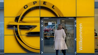 """Le groupe PSA est intéressé par l""""achat de l'Allemand Opel, aujourd'hui détenu par General Motors. (ANDREAS ARNOLD / DPA / AFP)"""