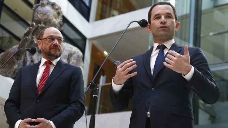 Le candidat socialiste Benoît Hamon et le candidat du SPD Martin Schulz lors d'une conférence de presse, à Berlin (Allemagne), le 28 mars 2017. (ODD ANDERSEN / AFP)