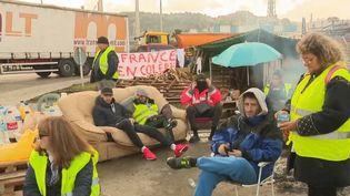 """Dans le Sud, le dépôt pétrolier de La Mède (Bouches-du-Rhône) est bloqué jeudi 22 novembre par des """"gilets jaunes"""" et des salariés du site, en grève, à l'appel de la CGT. (FRANCE 2)"""