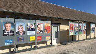 Les affiches de campagne des candidats ont été collées sur les panneaux officiels, le 19 avril 2017 au Chastang (Corrèze). (CAMILLE ADAOUST / FRANCEINFO)