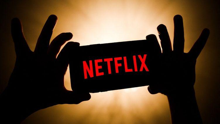 Le logo de la plateforme de streaming américaine Netflix s'affiche sur un téléphone mobile. (JAKUB PORZYCKI / NURPHOTO)