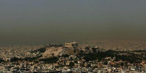 Athènes dans le «néfos», le brouillard de pollution qui régnait sur la capitale grecque. (LOUISA GOULIAMAKI / AFP)