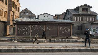 """Sur un mur du quartier historique de Nawa Kadal, un graffiti """"Pakistan City"""", dans la région du Cachemire indien, 1er décembre 2018. (ANTONI LALLICAN / HANS LUCAS)"""