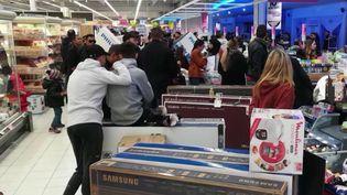 Mercredi 8 janvier, jour du coup d'envoi des soldes d'hiver 2020, des clients ont dû être évacués par la policed'unsupermarché de Montpellier (Hérault). Une télévision étaitaffichéepar erreur au prix de 40 €. (France 3)