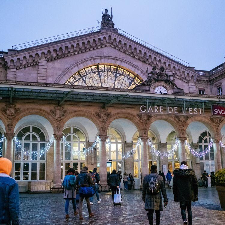 Des voyageurs arrivant à la gare de l'Est à Paris le 1er janvier 2020, pendant la grève à la SNCF et la RATP contre la réforme des retraites. (MATHIEU MENARD / HANS LUCAS / AFP)