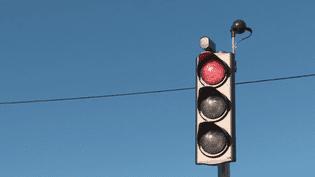 Des communes innovent pour faire baisser la vitesse sur les routes. En Bretagne, deux initiatives sont très remarquées. Deux élus ont choisi d'inciter les automobilistes à ralentir grâce à des feux tricolores intelligents et des passages piétons en 3D. (FRANCE 2)