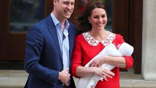 Le prince William et Kate Middleton présentent leur troisème enfant, le 23 avril 2018. (HANNAH MCKAY / REUTERS))