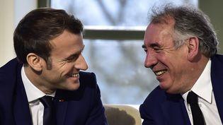 Le président de la République, Emmanuel Macron, et le maire de Pau, François Bayrou, le 14 janvier 2020 à Pau. (GEORGES GOBET / AFP)