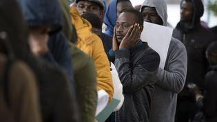 Les migrants font la queue lors de la deuxième phase d'une campagne de régularisation à Rabat, le 15 décembre 2016. (FADEL SENNA / AFP)