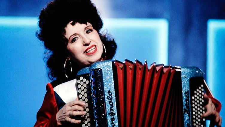 L'accordéoniste Yvette Hornerlors d'une performance sur la chaîne Canal+, le 17 février 1987. (GEORGES BENDRIHEM / AFP)