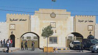 Des policiers montent la garde devant laCour de sûreté de l'Etat jordanien, le 21 juin 2021 à Amman (Jordanie). (KHALIL MAZRAAWI / AFP)
