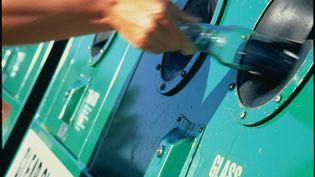 Une bouteille de verre met trois à quatre millénaires pour se décomposer dans la nature, alors que le recyclage d'une seule bouteille permet d'alimenter une ampoule basse consommation pendant 24 heures. (Illustration) (ASCENT/PKS MEDIA INC. / STONE RF / GETTY IMAGES)