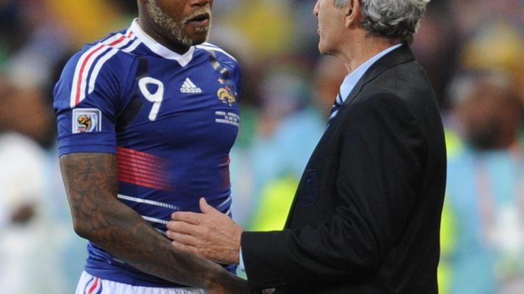 L'attaquant Djibril Cissé et le sélectionneur de l'équipe de France, Raymond Domenech, lors du match France-Afrique du Sud de la Coupe du monde 2010, le 22 juin 2010. (FRANCK FIFE / AFP)