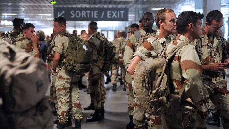 Une centaine de militaires français ont quitté le Mali et atterri jeudi 11 avril 2013 à l'aéroport Toulouse-Blagnac (Haute-Garonne). (ERIC CABANIS / AFP)