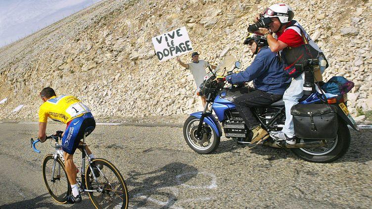 Lance Armstrong escalade le mont Ventoux (Vaucluse), le 21 juillet 2002, sur le Tour de France. (JOEL SAGET / AFP)
