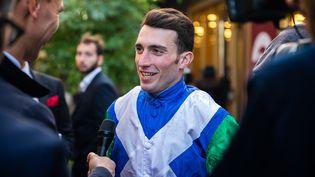 Le jockey Pierre-Charles Boudot s'exprime après sa victoire au Prix de l'Arc de triomphe, le 6 octobre 2019, à l'hippodrome de Longchamp, à Paris. (KARINE PERON LE OUAY / HANS LUCAS / AFP)