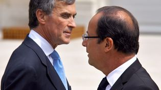 François Hollande et Jérôme Cahuzac ci-contre le 4 juillet 2012 à l'Elysée. L'ex-ministre du Budget, qui a déclenché le plus retentissant scandale de la présidence Hollande, a été condamné le 9 décembre 2016 à trois ans de prison ferme pour fraude fiscale. (MARION BERARD / AFP)