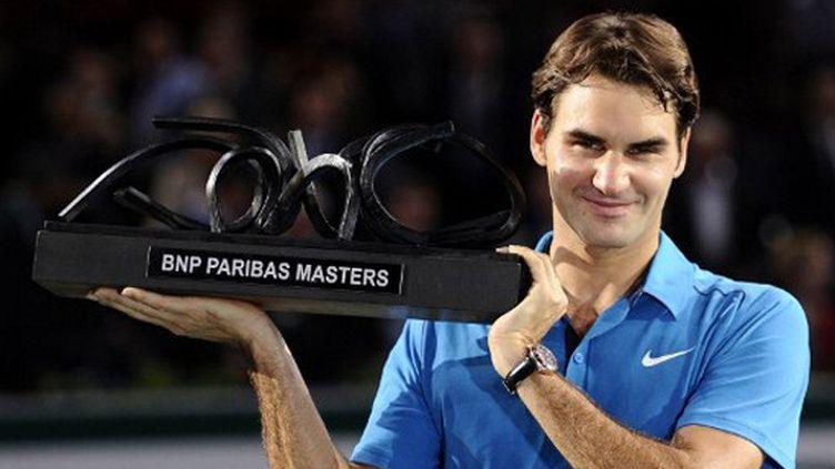 Roger Federer avec le trophée du BNP Paribas Masters de Bercy