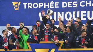 Les joueurs du PSG célèbrent leur victoire face à Marseille, le 13 janvier 2021, lors du trophée des Champions. (DENIS CHARLET / AFP)