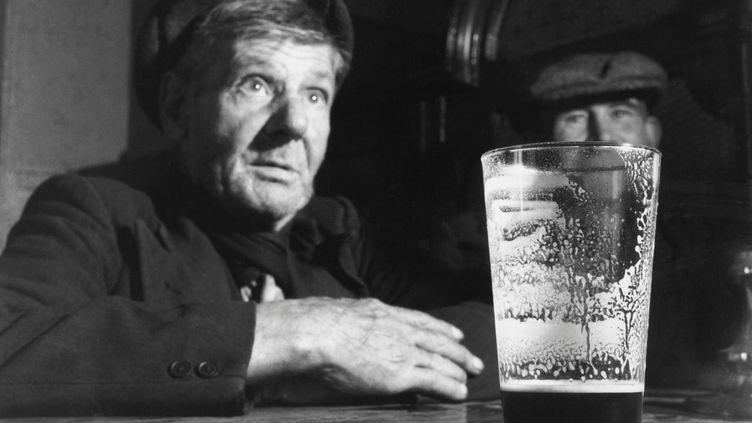 Dans un pub de Dublin (Irlande), le 22 août 1953. (BERT HARDY / HULTON ARCHIVE CREATIVE / GETTY IMAGES)