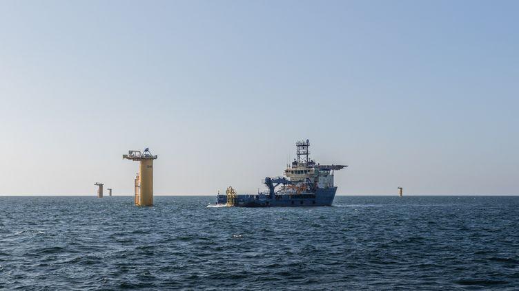 Le parc éolienen mer au large de Saint-Nazaire(Loire-Atlantique) en cours de construction, le 28 août 2021. (BAPTISTE ROMAN / HANS LUCAS / AFP)