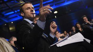 Emmanuel Macron ministre de l'Economie et de l'industrie en meeting à Paris le 9 novembre 2015. (LIONEL BONAVENTURE / AFP)