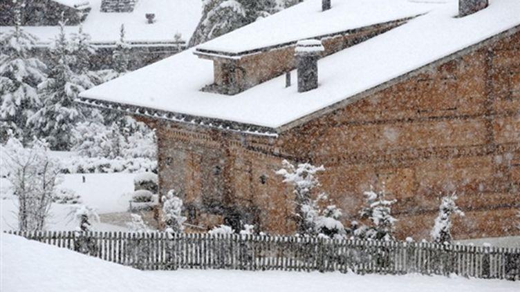 """Le chalet cossu habillé de bois clair """"Milky Way"""" (""""Voie lactée""""), à l'entrée de Gstaad, demeurait volets clos lundi. (AFP)"""