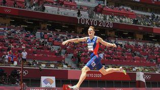 Karsten Warholm franchit la ligne d'arrivée du 400 mètres haies en battant le record du monde, le 3 août à Tokyo. (JEWEL SAMAD / AFP)