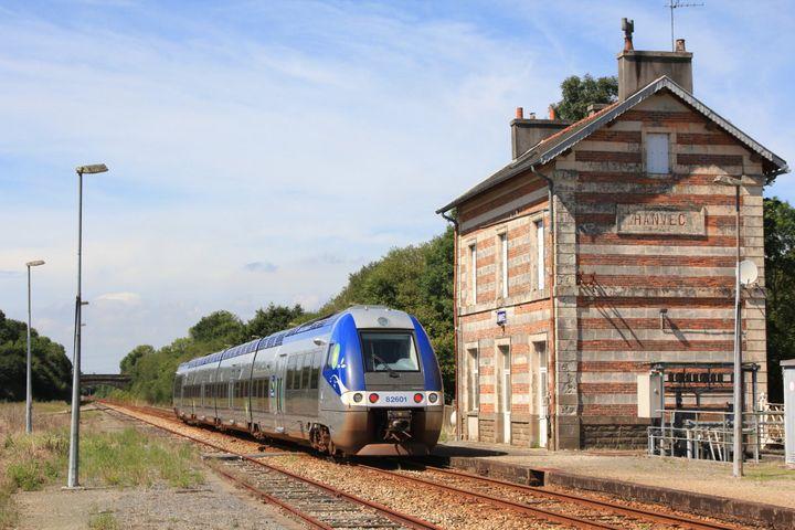 Un train diesel sur la ligne entre Quimper et Brest (Finistère). (CRAMOS (CREATIVE COMMONS 3.0))