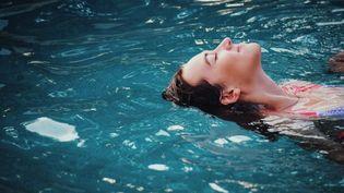 Se relaxer grâce à la flottaison en isolation sensorielle. (SAVEURS D'EAUX)