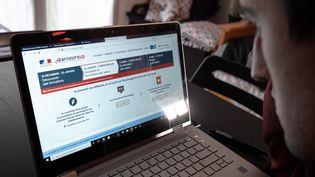 Unlycéen consulte la plateforme Parcoursup, à Toulouse (Haute-Garonne), le 22 janvier 2020. (LILIAN CAZABET / HANS LUCAS / AFP)