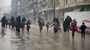 A Alep, ici le 13 décembre, l'évacuation descivils et des combattants insurgés qui devait débuter mercredi à l'aube, a été suspendue (KARAM AL-MASRI / AFP)